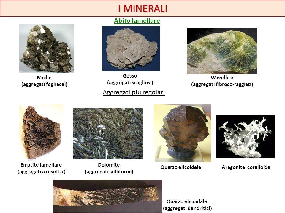I MINERALI drusa piritequarzoortoclasiofluorite A volte i cristalli si presentano in associazioni impiantati su una matrice: la drusa.