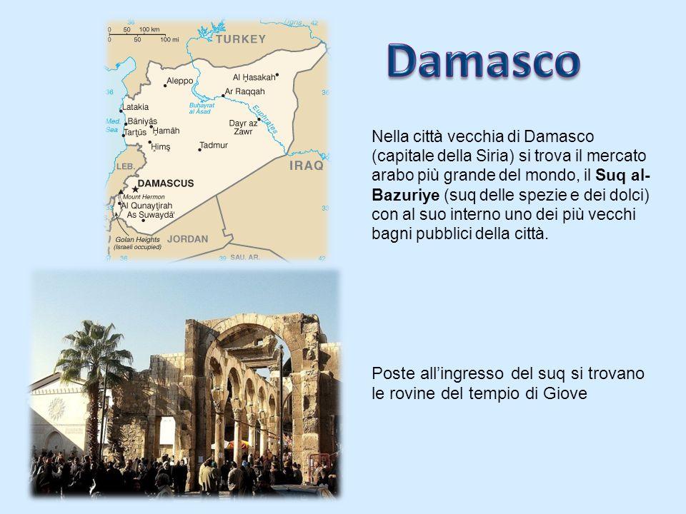 Nella città vecchia di Damasco (capitale della Siria) si trova il mercato arabo più grande del mondo, il Suq al- Bazuriye (suq delle spezie e dei dolci) con al suo interno uno dei più vecchi bagni pubblici della città.