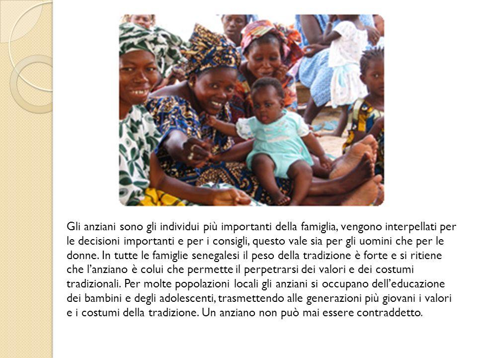 La Famiglia senegalese La famiglia rappresenta lessenza della società senegalese, può essere definita un nucleo famigliare allargato, composto da numerose persone imparentate tra loro: il marito, uno o più mogli, i figli, nonni, zii, cugini….