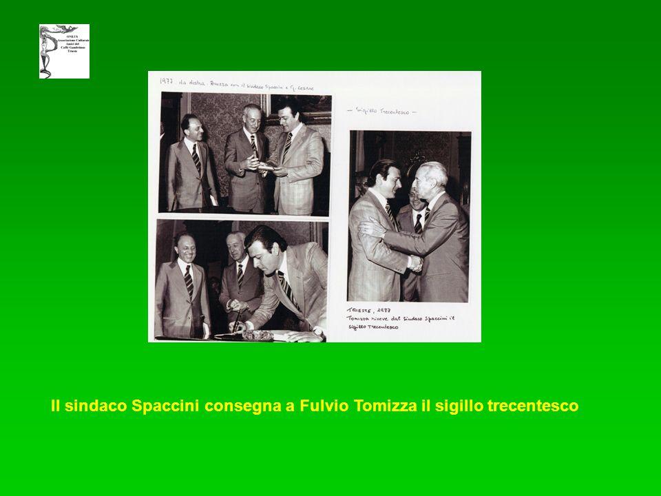 Il sindaco Spaccini consegna a Fulvio Tomizza il sigillo trecentesco