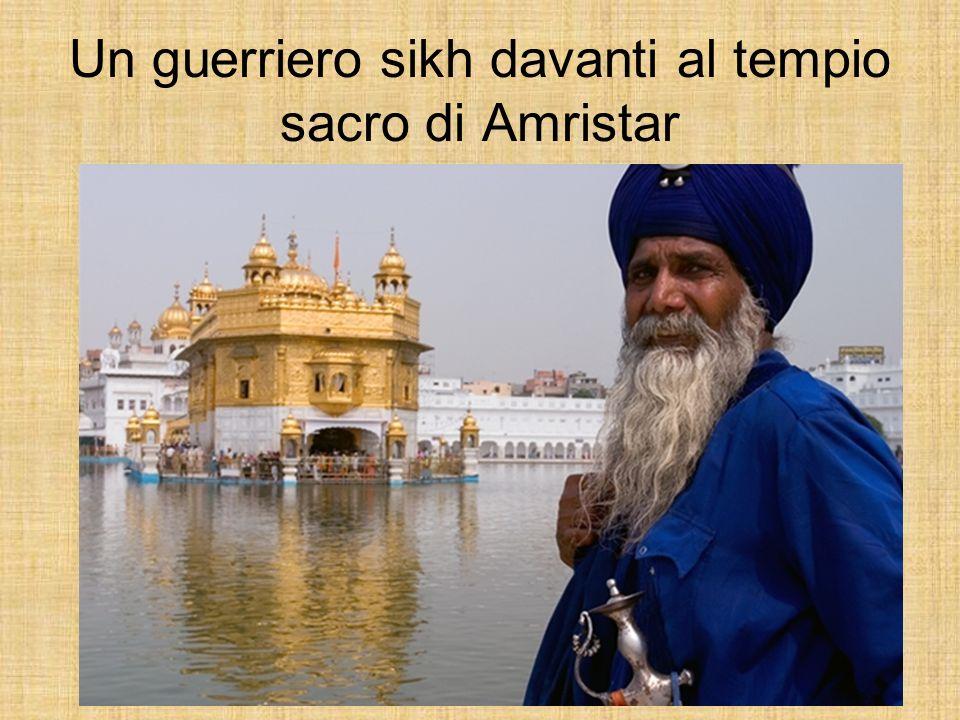 Un guerriero sikh davanti al tempio sacro di Amristar