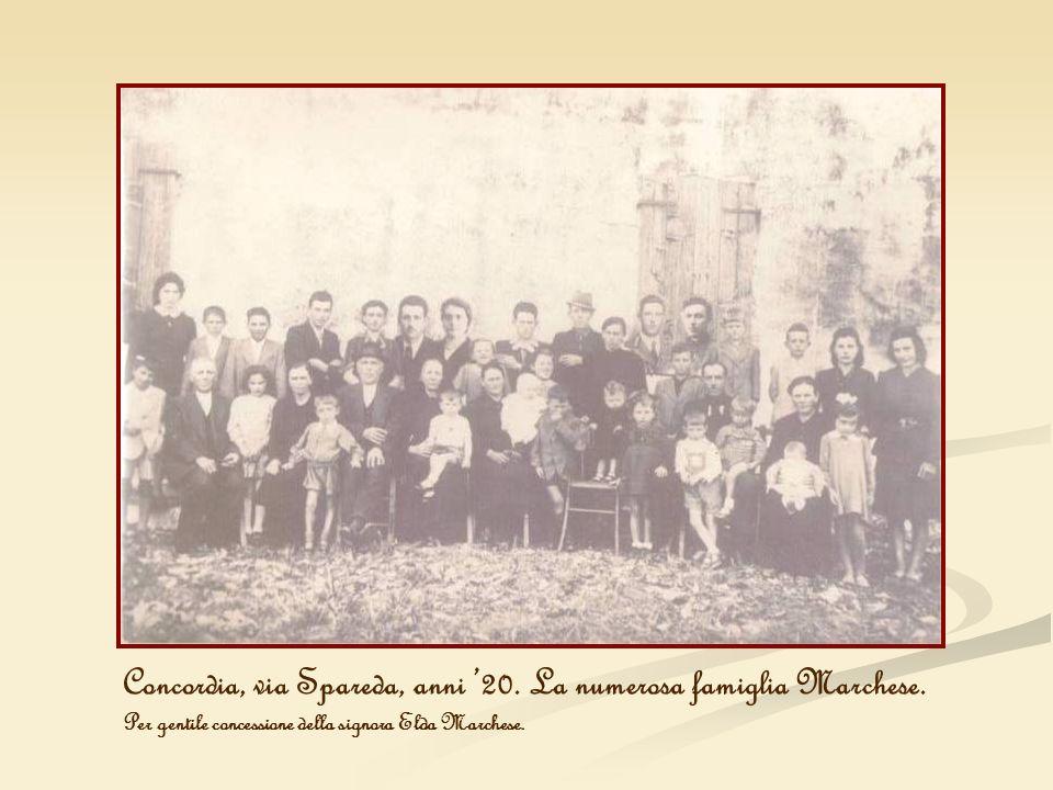 Concordia, via Spareda, anni 20. La numerosa famiglia Marchese. Per gentile concessione della signora Elda Marchese.