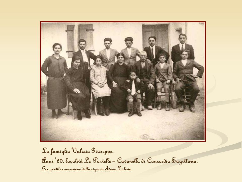 La famiglia Valerio Giuseppe. Anni 20, località Le Portelle – Cavanella di Concordia Sagittaria. Per gentile concessione della signora Ivana Valerio.