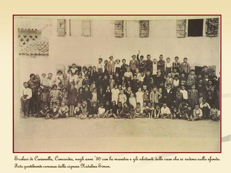 Scolari di Cavanella, Concordia, negli anni 30 con la maestra e gli abitanti delle case che si vedono sullo sfondo. Foto gentilmente concessa dalla si