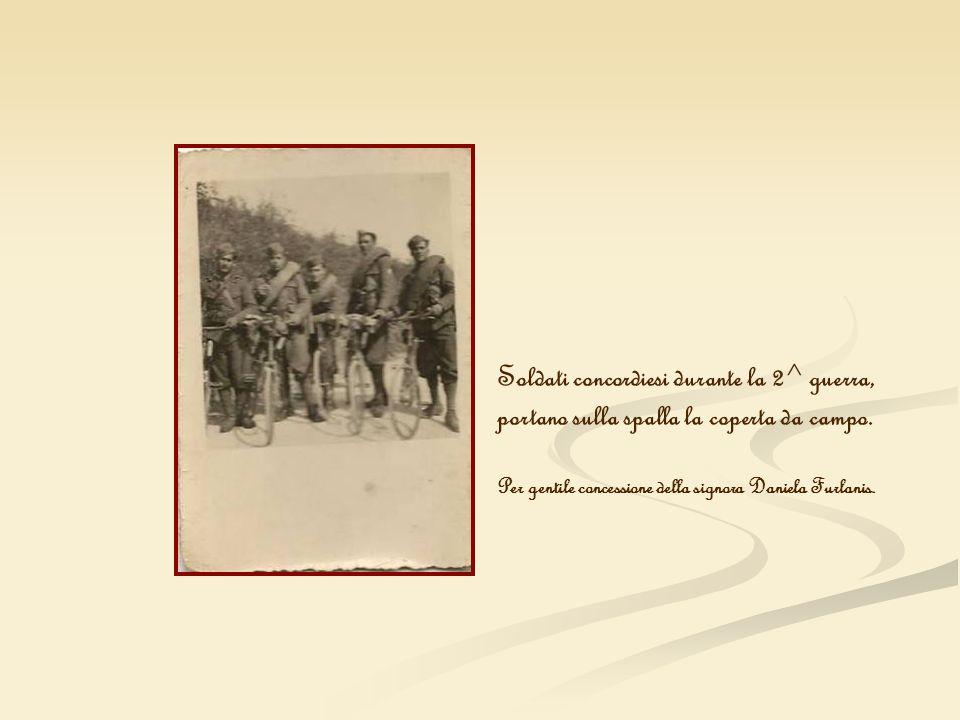 Soldati concordiesi durante la 2^ guerra, portano sulla spalla la coperta da campo. Per gentile concessione della signora Daniela Furlanis.