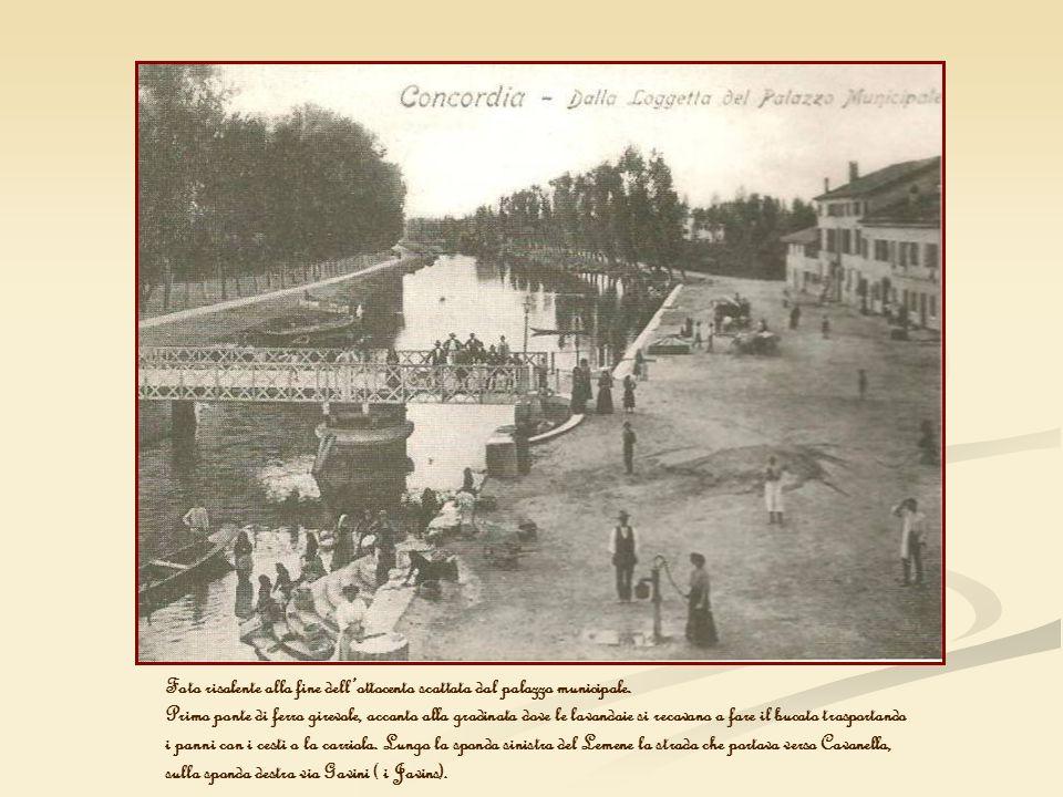 Foto risalente alla fine dellottocento scattata dal palazzo municipale. Primo ponte di ferro girevole, accanto alla gradinata dove le lavandaie si rec