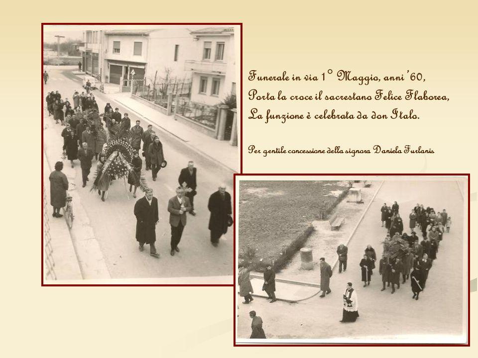 Funerale in via 1° Maggio, anni 60, Porta la croce il sacrestano Felice Flaborea, La funzione è celebrata da don Italo. Per gentile concessione della