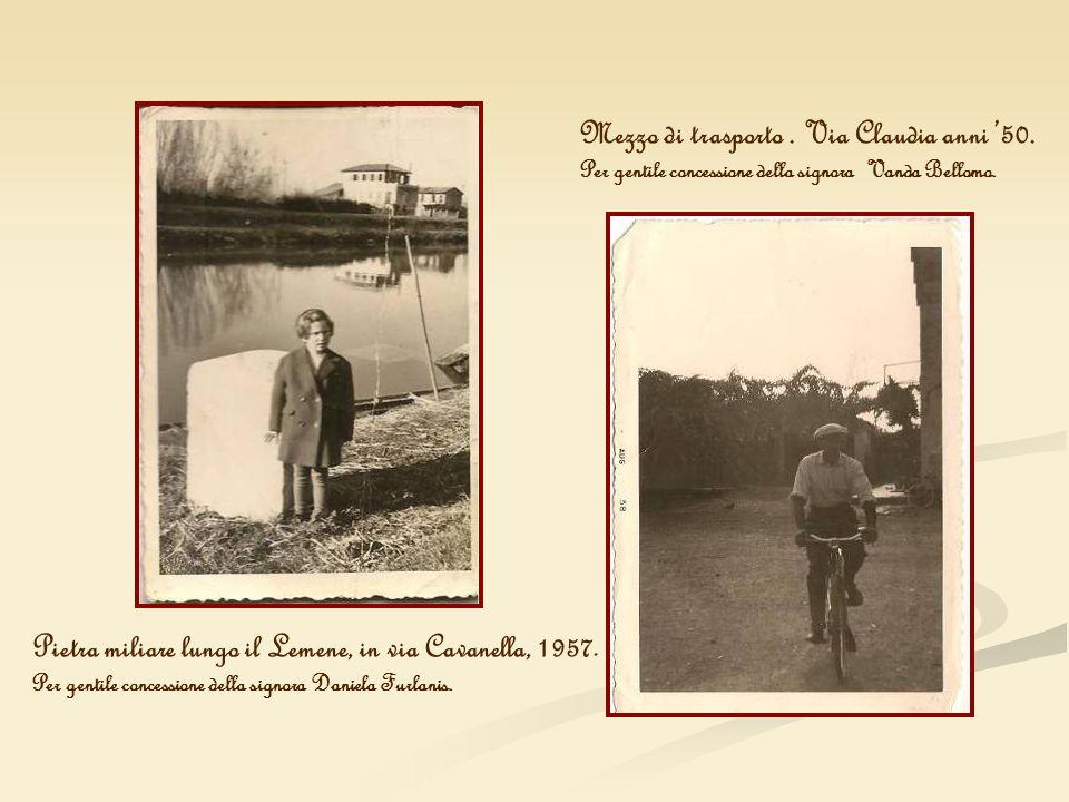 Pietra miliare lungo il Lemene, in via Cavanella, 1957. Per gentile concessione della signora Daniela Furlanis. Mezzo di trasporto. Via Claudia anni 5