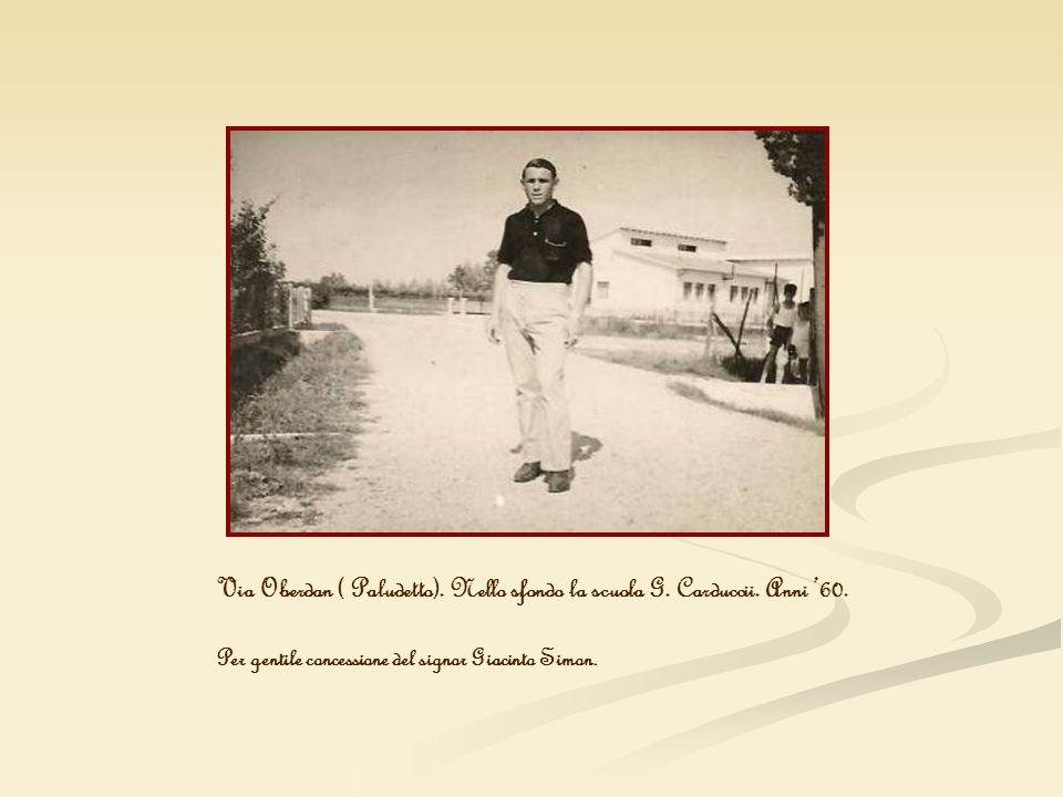 Via Oberdan ( Paludetto). Nello sfondo la scuola G. Carduccii. Anni 60. Per gentile concessione del signor Giacinto Simon.