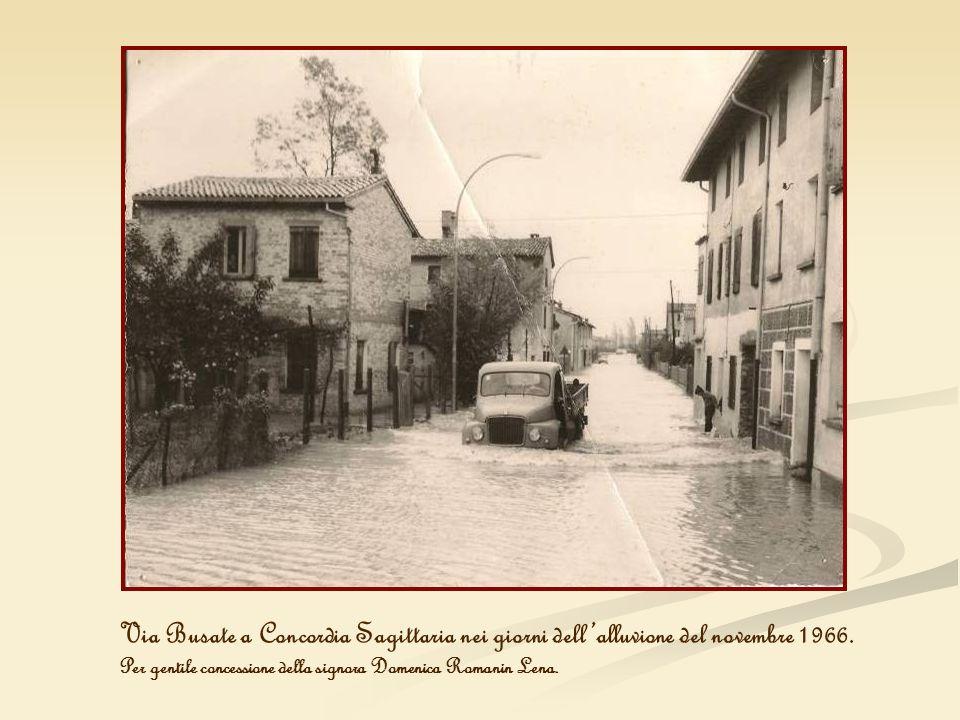 Via Busate a Concordia Sagittaria nei giorni dellalluvione del novembre 1966. Per gentile concessione della signora Domenica Romanin Lena.