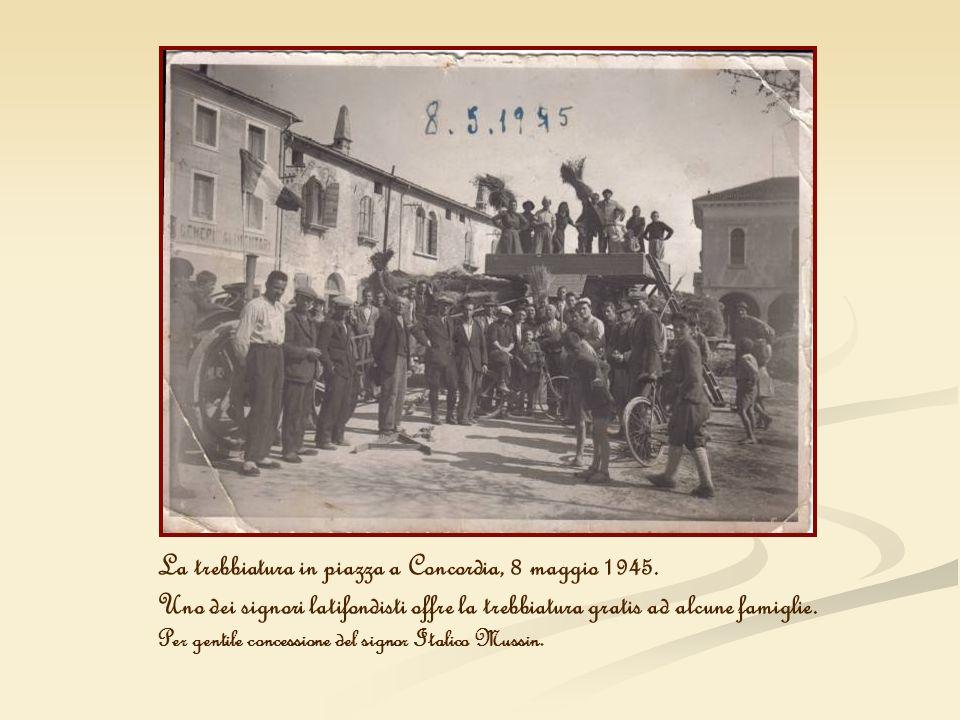 La trebbiatura in piazza a Concordia, 8 maggio 1945. Uno dei signori latifondisti offre la trebbiatura gratis ad alcune famiglie. Per gentile concessi