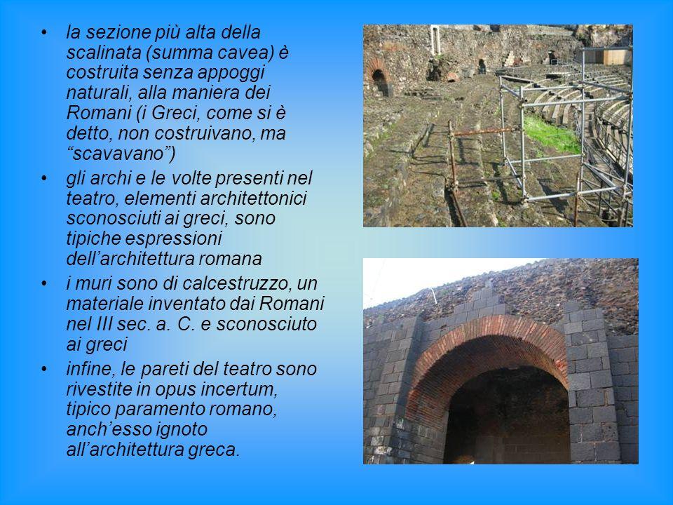 la sezione più alta della scalinata (summa cavea) è costruita senza appoggi naturali, alla maniera dei Romani (i Greci, come si è detto, non costruiva