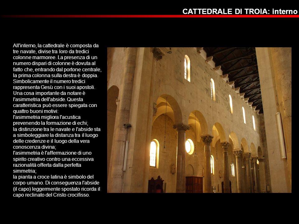 All'interno, la cattedrale è composta da tre navate, divise tra loro da tredici colonne marmoree. La presenza di un numero dispari di colonne è dovuta