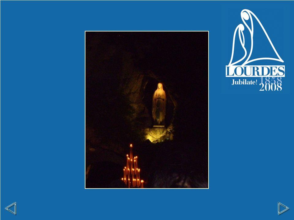 Centocinquantanni fa, l11 febbraio 1858, in questo luogo detto La grotta di Massabielle, fuori dellabitato, una semplice ragazzina di Lourdes, Bernadette Soubirous, vide una luce e, dentro questa luce, una giovane signora bella, bella, più di tutto.