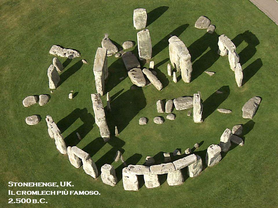 Michela Zucca Servizi culturali I primi megaliti furno costruiti attorno a metà Neolitico, nel 4.000 a.C.