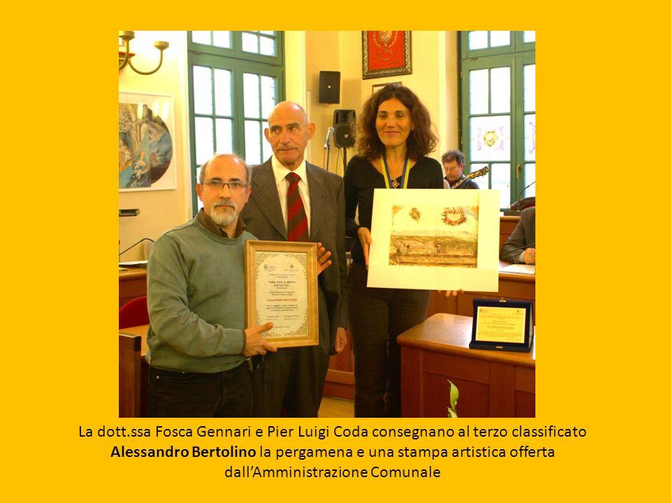 La dott.ssa Fosca Gennari e Pier Luigi Coda consegnano al terzo classificato Alessandro Bertolino la pergamena e una stampa artistica offerta dallAmmi