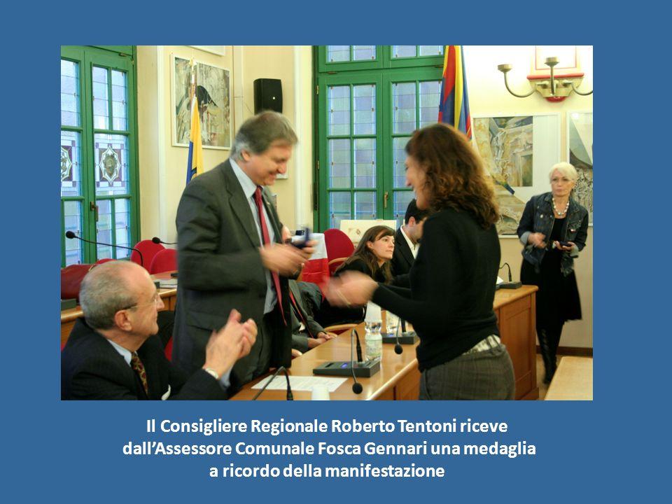 Il Consigliere Regionale Roberto Tentoni riceve dallAssessore Comunale Fosca Gennari una medaglia a ricordo della manifestazione