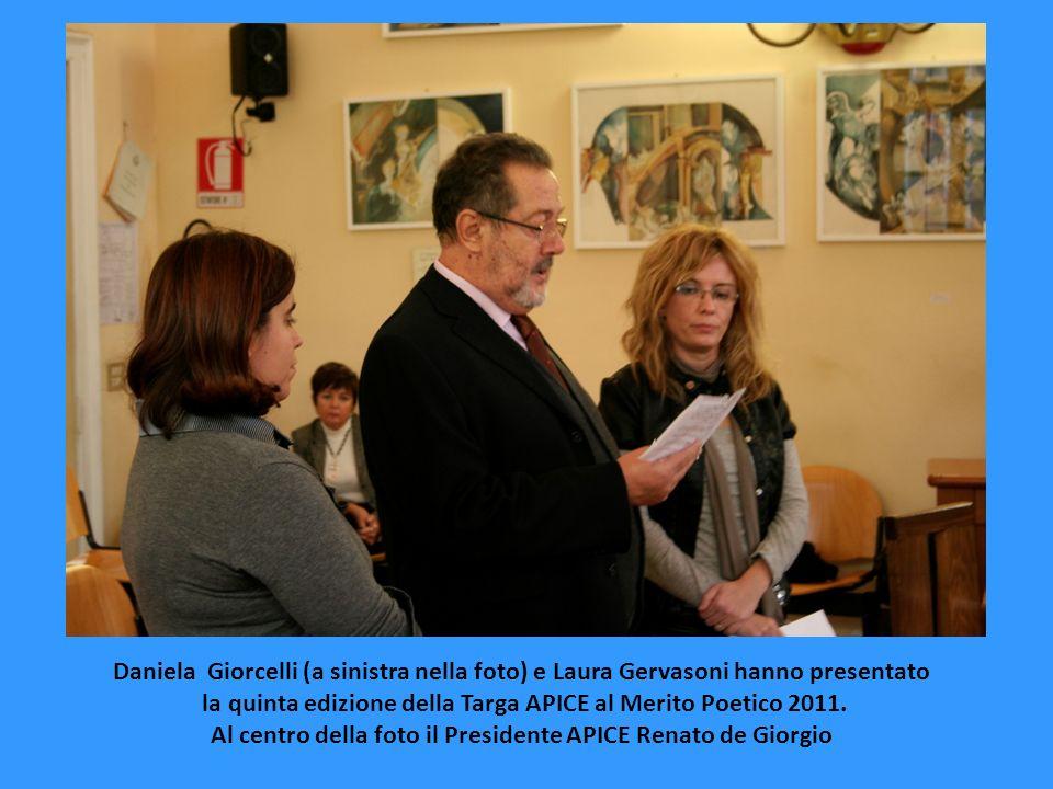 Daniela Giorcelli (a sinistra nella foto) e Laura Gervasoni hanno presentato la quinta edizione della Targa APICE al Merito Poetico 2011. Al centro de