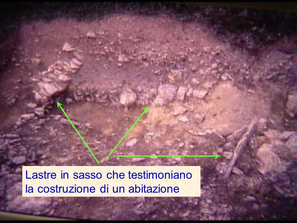 Lastre in sasso che testimoniano la costruzione di un abitazione