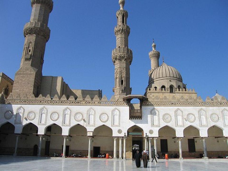 Il Cairo possiede centinaia di moschee; se vi proponete di visitarne soltanto una, optate per la Moschea El-Azhar, una delle istituzioni più venerabil