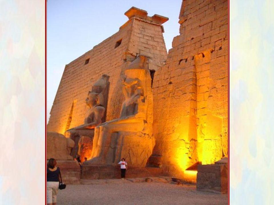 Il Tempio di LUXOR è uno splendido capolavoro,nel quale quasi tutti i faraoni del Nuovo Regno vollero lasciare la propria impronta per l'eternità. Lin