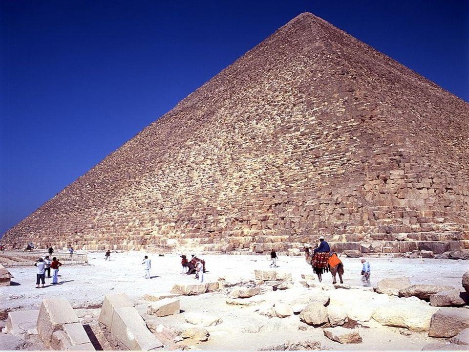 La Grande Piramide di Giza, conosciuta anche come la Piramide di Cheope o la Piramide di Khufu, è la più antica e la più grande delle tre piramidi del