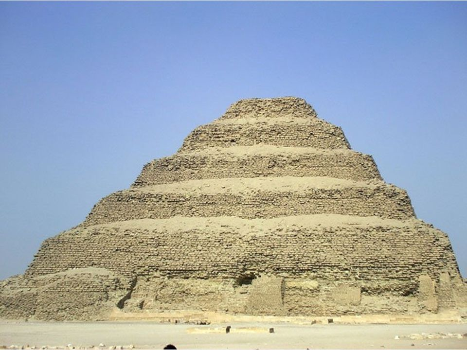 Saqqara è una vasta necropoli situata in Egitto a 30 km a sud della città moderna del Cairo. Il monumento di maggior rilievo è la piramide a gradoni d
