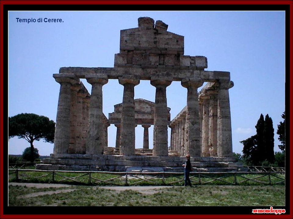 La città, con il nome di Poseidonia, fu fondata verso la fine del VII secolo a.C.