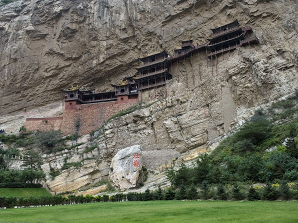 Tipico esempio dell arte rupestre buddhista sono le incisioni più antiche di tutta la Cina e dal 2001 sono state inserite nell elenco dei Patrimoni dell Umanità dell Unesco.