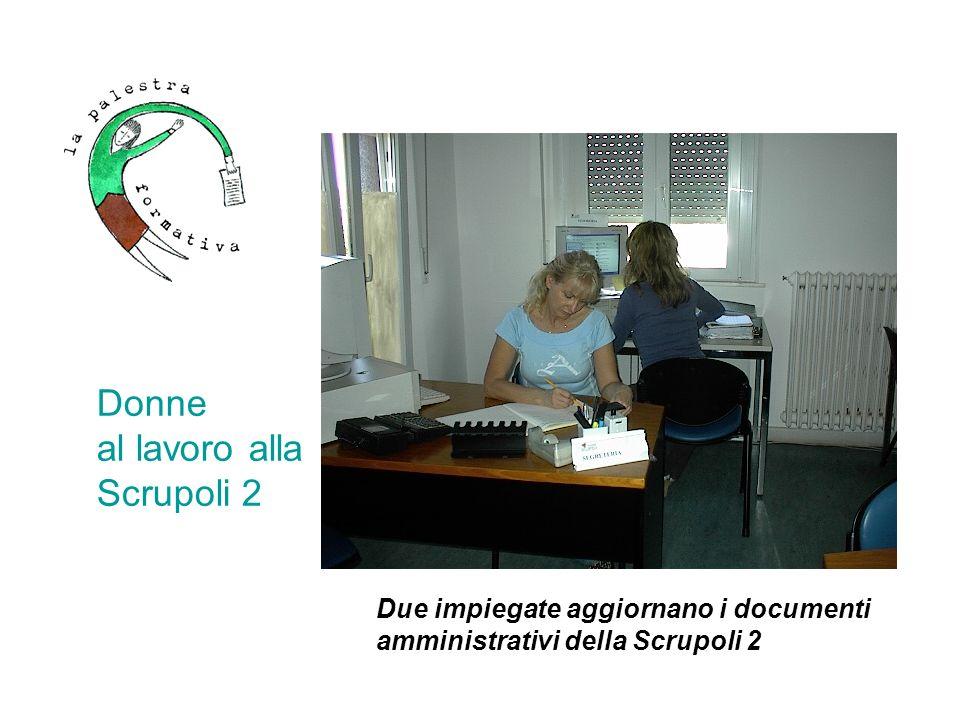 Ogni impiegata, una postazione attrezzata con personal computer e telefono Donne al lavoro alla Scrupoli 2