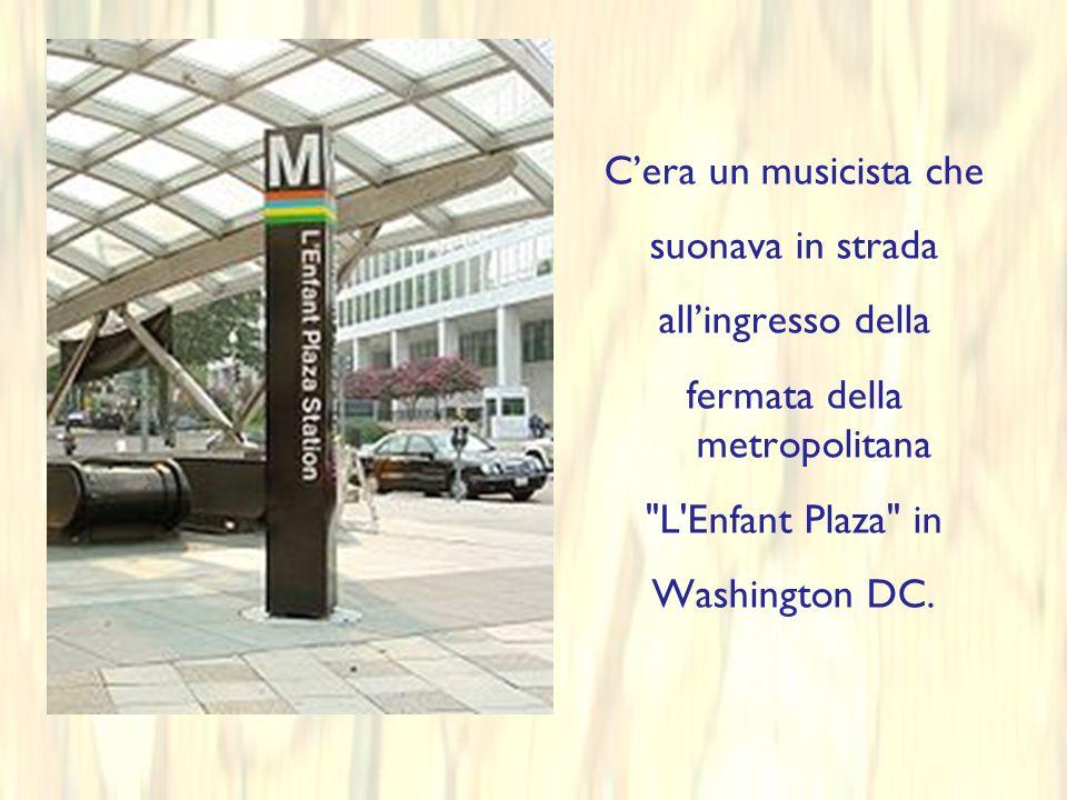 Cera un musicista che suonava in strada allingresso della fermata della metropolitana L Enfant Plaza in Washington DC.