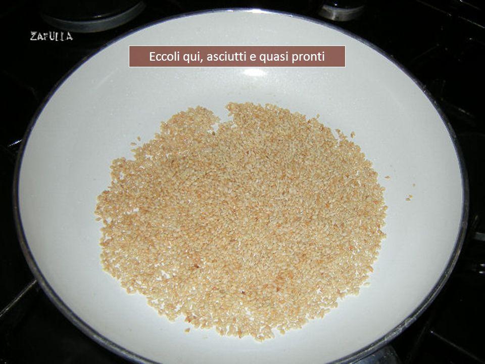 I semi dovranno imbiondire ma non bruciarsi assolutamente, altrimenti diventerebbero tossici. Questa operazione non richiederà che pochi minuti di att