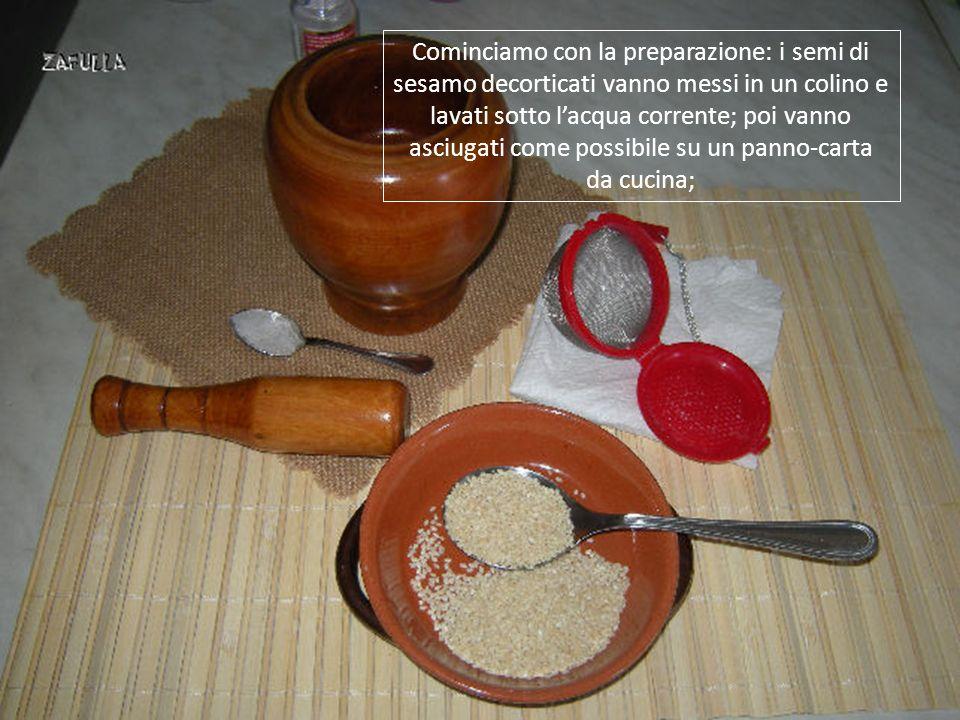 E ancora, sempre per cercare di stabilire bene le quantità, quei 15 grammi di semi di sesamo sono due cucchiai piccoli da minestra.