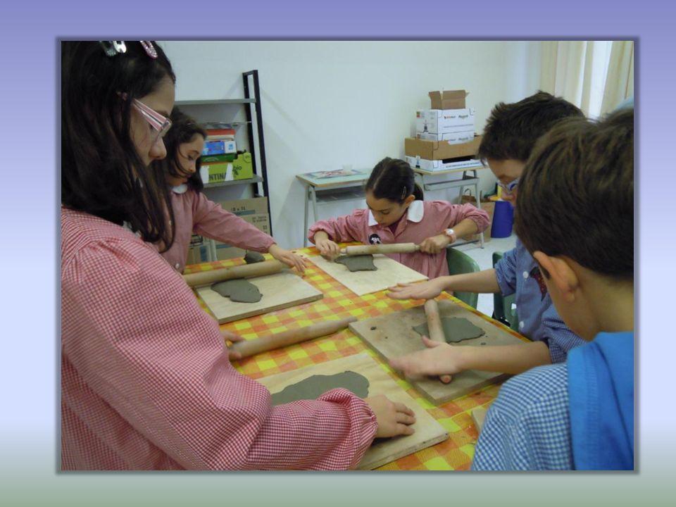 Gli alunni hanno partecipato con entusiasmo a questa attività creativa scoprendo il gusto di manipolare e plasmare largilla socializzando allegramente.