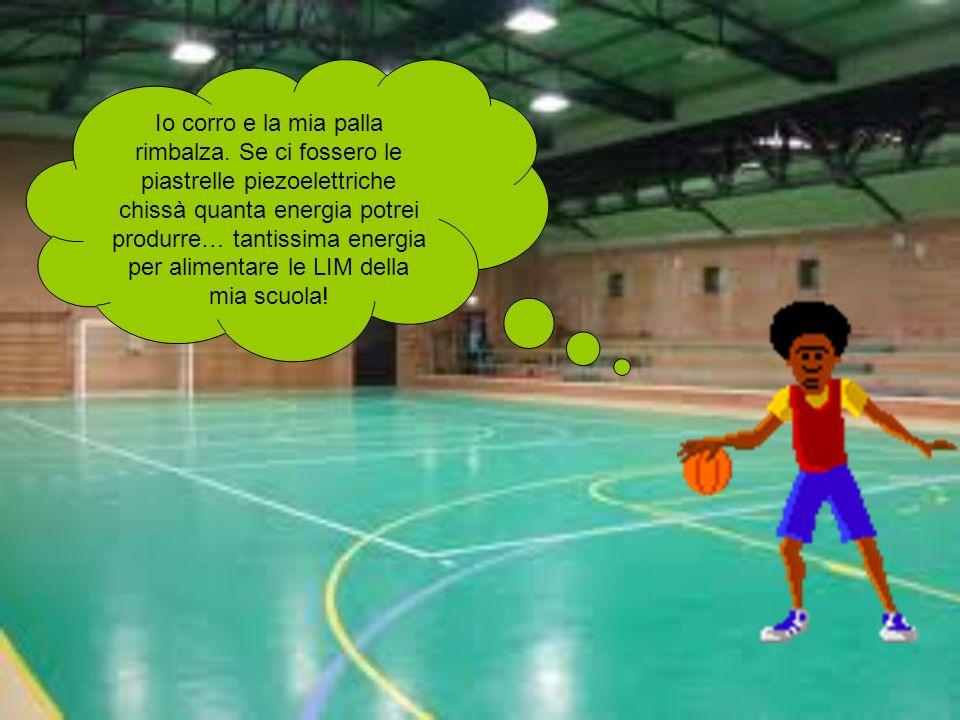 Io corro e la mia palla rimbalza. Se ci fossero le piastrelle piezoelettriche chissà quanta energia potrei produrre… tantissima energia per alimentare