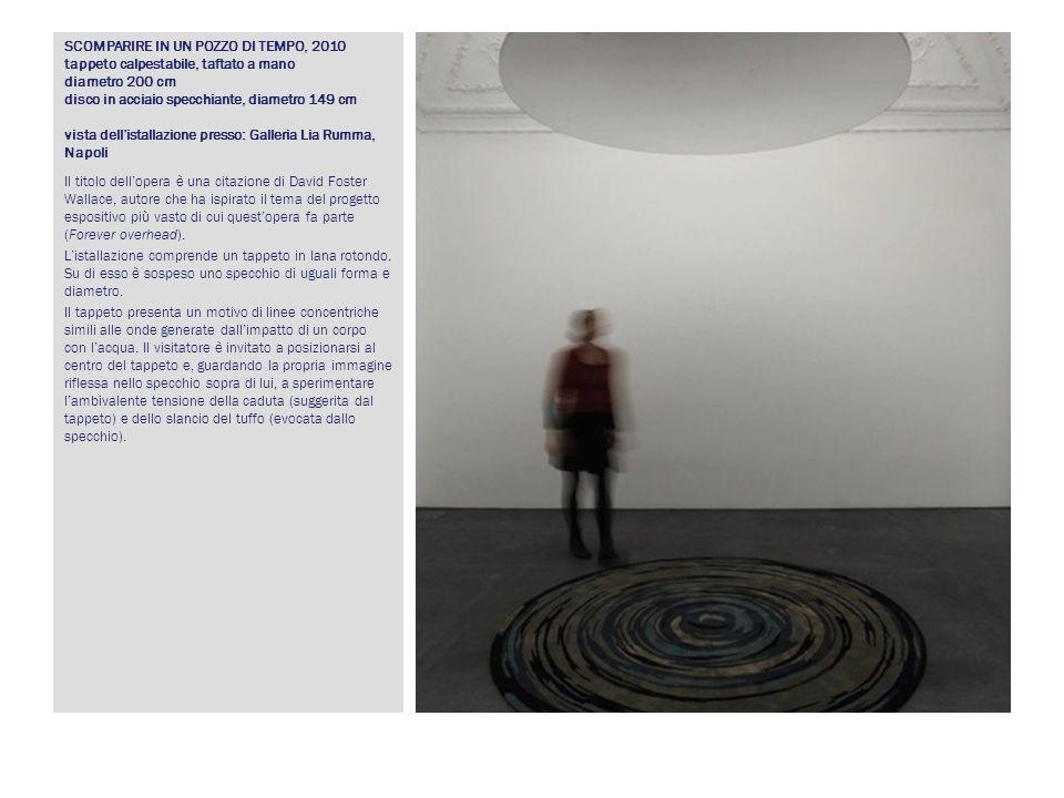SCOMPARIRE IN UN POZZO DI TEMPO, 2010 tappeto calpestabile, taftato a mano diametro 200 cm disco in acciaio specchiante, diametro 149 cm vista dellist