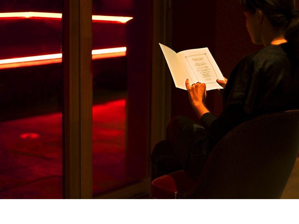 BIANCA E IL SUO CONTRARIO, 2007 video proiezione, film 16 mm trasferito su DVD, suono, colore, 256 vista dellistallazione video presso: Galleria Lia Rumma, Milano Il video che dà il titolo alla mostra, rappresenta una donna in piedi, lartista.