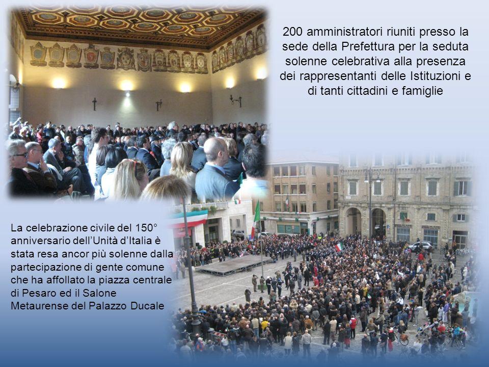 La celebrazione civile del 150° anniversario dellUnità dItalia è stata resa ancor più solenne dalla partecipazione di gente comune che ha affollato la
