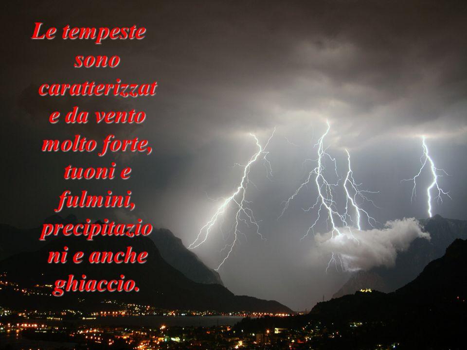 Le tempeste sono caratterizzat e da vento molto forte, tuoni e fulmini, precipitazio ni e anche ghiaccio.
