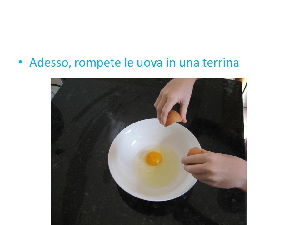 Adesso, rompete le uova in una terrina