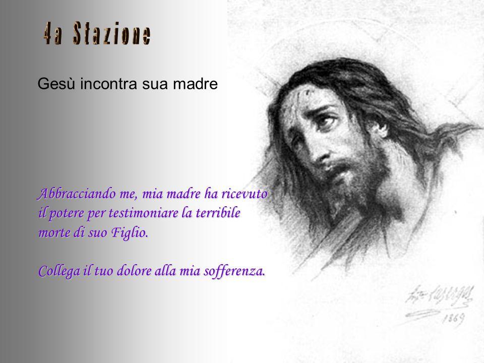 Gesù cade per la prima volta. La Croce cade pesantemente su di me, mi schiaccia sotto il suo peso. Sabbia e polvere mescolata con il sangue è incollat
