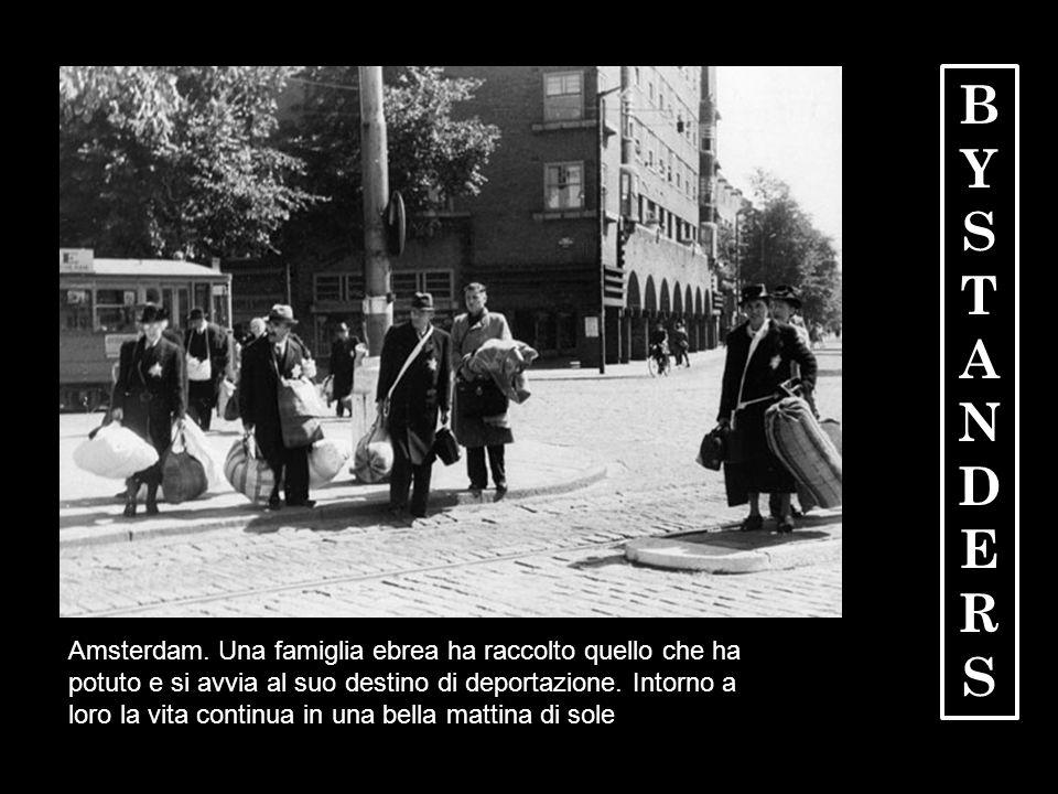 Amsterdam. Una famiglia ebrea ha raccolto quello che ha potuto e si avvia al suo destino di deportazione. Intorno a loro la vita continua in una bella