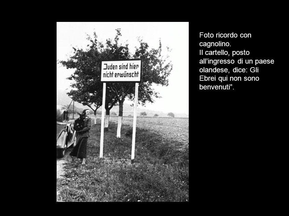 Foto ricordo con cagnolino. Il cartello, posto allingresso di un paese olandese, dice: Gli Ebrei qui non sono benvenuti.