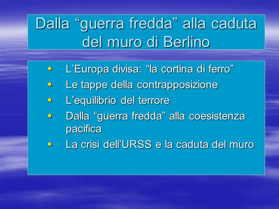 La crisi scoppiò alla fine di agosto del 1962, quando le rilevazioni di un aereo spia americano dimostrarono che il nuovo governo comunista cubano di Fidel Castro stava installando nell isola missili nucleari sovietici La crisi scoppiò alla fine di agosto del 1962, quando le rilevazioni di un aereo spia americano dimostrarono che il nuovo governo comunista cubano di Fidel Castro stava installando nell isola missili nucleari sovietici Dopo settimane di drammatica tensione internazionale il presidente degli Stati Uniti J.F.