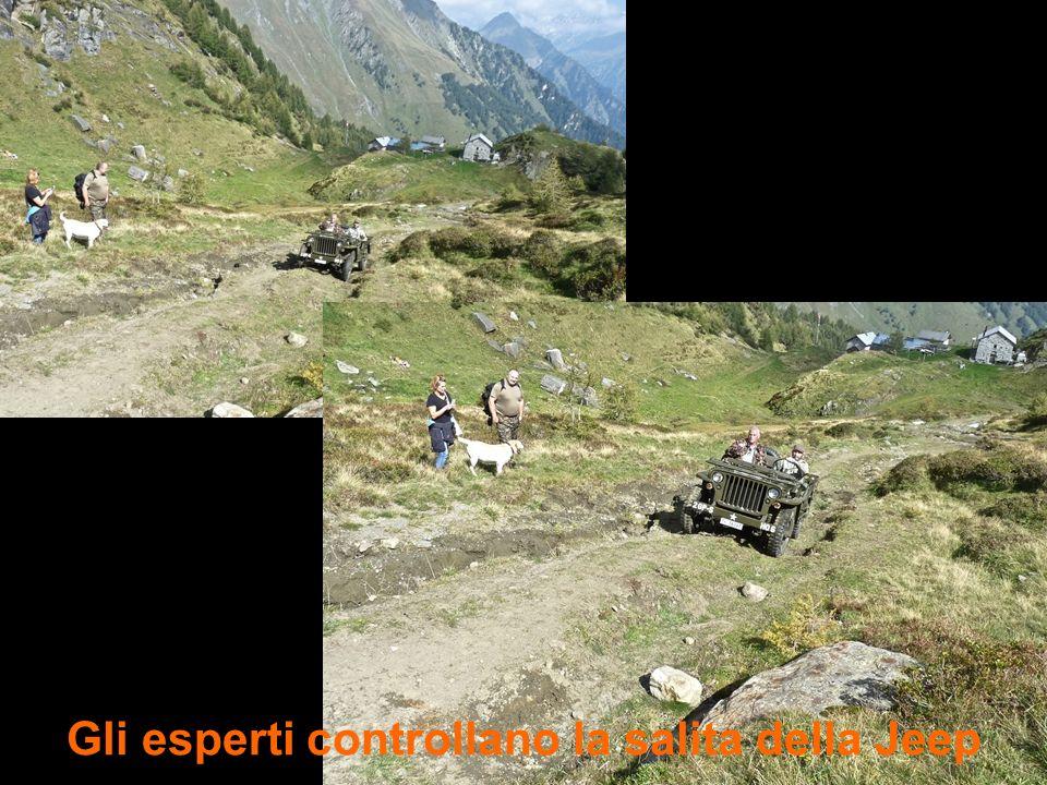Gli esperti controllano la salita della Jeep