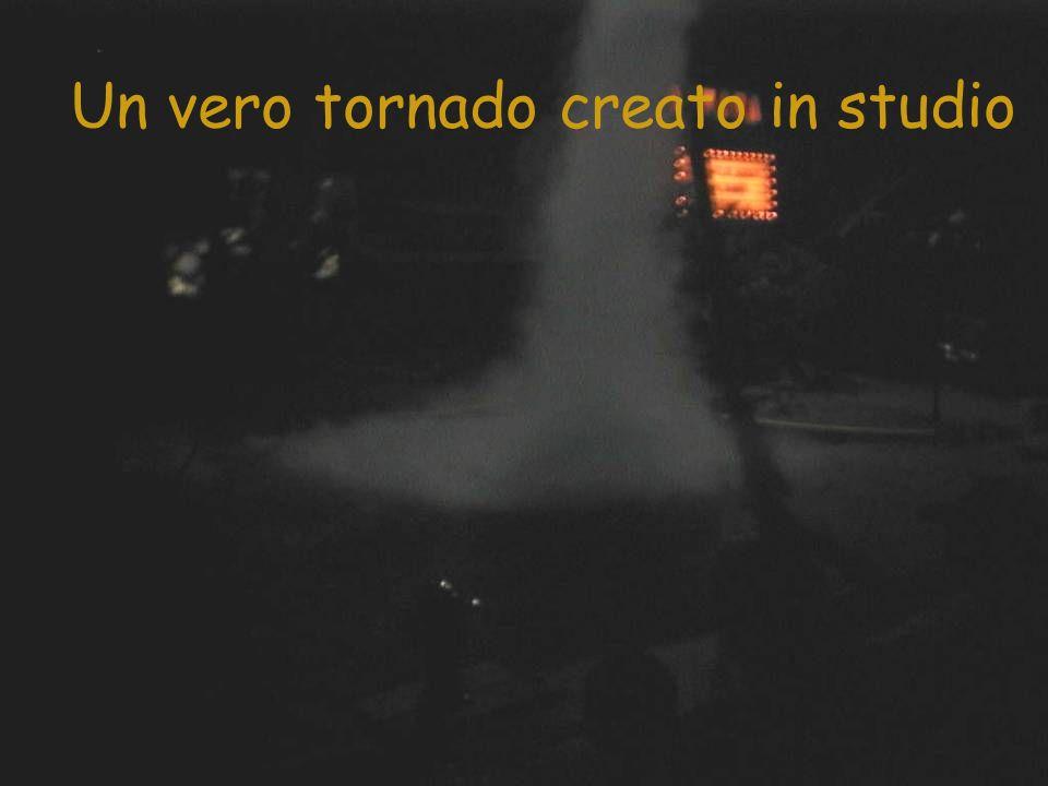I danni del tornado con vero fuoco e fiamme