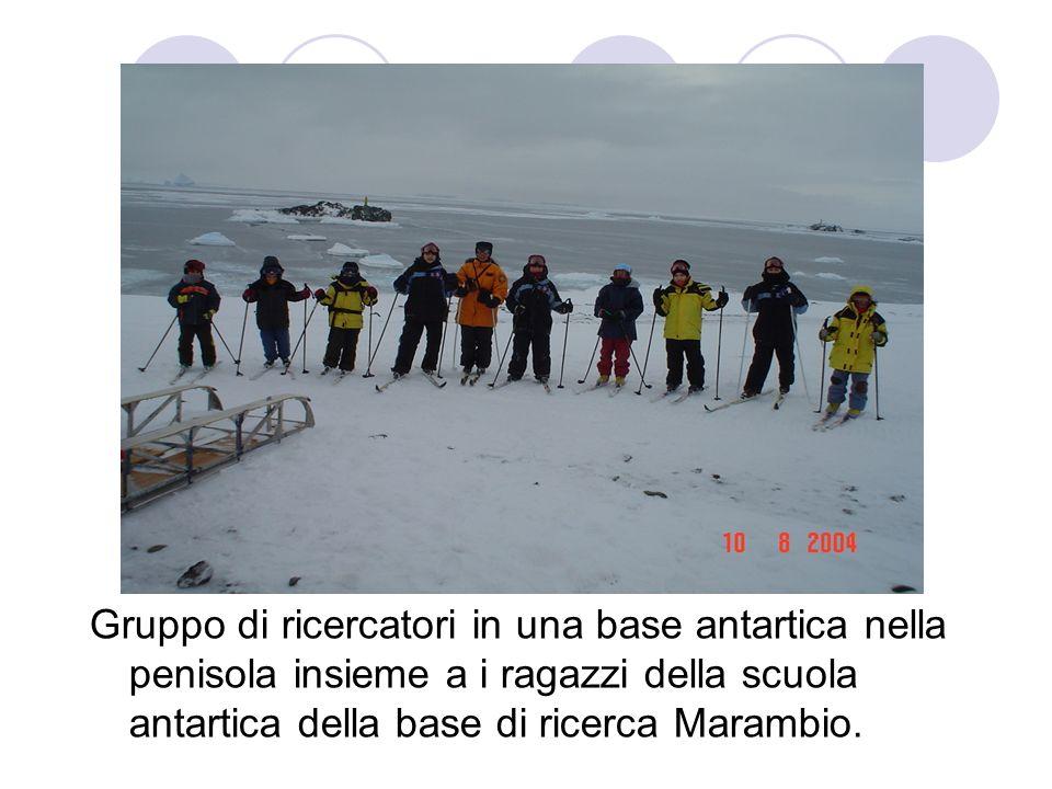 Gruppo di ricercatori in una base antartica nella penisola insieme a i ragazzi della scuola antartica della base di ricerca Marambio.