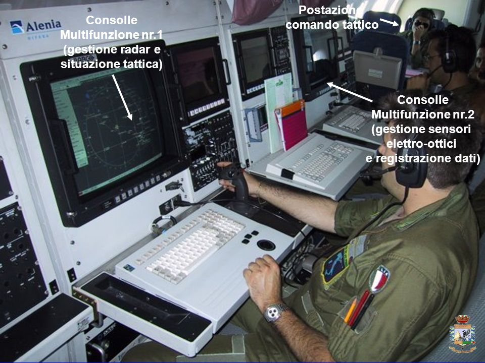 Consolle Multifunzione nr.1 (gestione radar e situazione tattica) Consolle Multifunzione nr.2 (gestione sensori elettro-ottici e registrazione dati) P