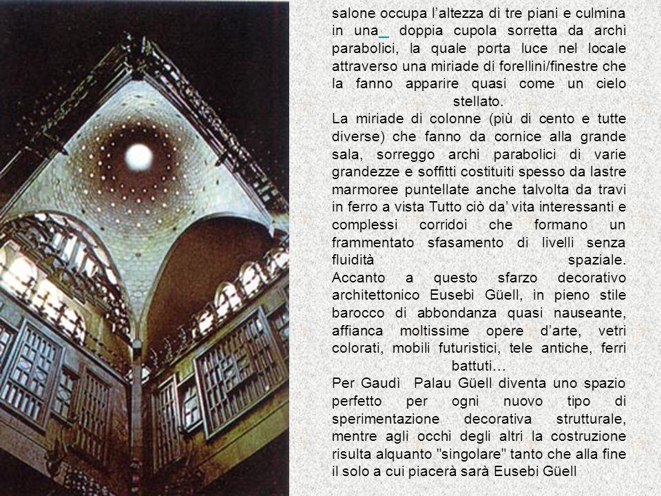 salone occupa laltezza di tre piani e culmina in una doppia cupola sorretta da archi parabolici, la quale porta luce nel locale attraverso una miriade