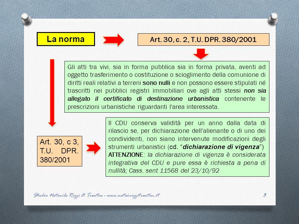 14 LALLEGAZIONE del CDU: casi pratici Studio Notarile Rizzi & Trentin - www.notairizzitrentin.it L allegazione è stata ritenuta obbligatoria dal Tribunale di Lucca 17.12.1992 che ha dichiarato nullo l atto privo di CDU, per violazione della norma che esclude lobbligo di allegazione solo per aree di pertinenza di fabbricati censiti al Catasto fabbricati Tale sentenza è stata riformata dalla sentenza della Corte di Appello di Firenze 11.6.1993 che ha escluso lobbligatorietà dell allegazione del CDU ritenendo così valido l atto stipulato, in quanto larea aveva perso la sua autonomia funzionale divenendo elemento costitutivo del fabbricato.
